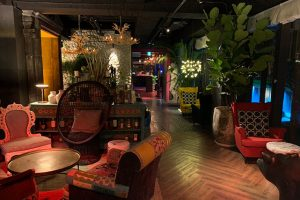 Chill-Play另一區為都市叢林lounge,結合亞洲到歐洲的混搭沙發與常綠植株,在暈染的氣氛燈光下感受不一樣的時尚舒適質感。641